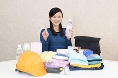 Mujer con las mercancías de la prevención de desastre fotos de archivo libres de regalías
