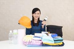 Mujer con las mercancías de la prevención de desastre imagen de archivo