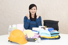 Mujer con las mercancías de la prevención de desastre foto de archivo libre de regalías