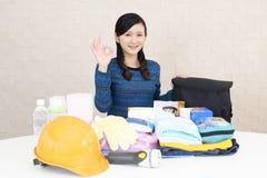 Mujer con las mercancías de la prevención de desastre fotografía de archivo libre de regalías