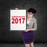 Mujer con las metas de negocio para 2017 a bordo Imagenes de archivo