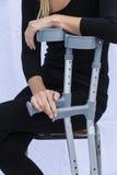Mujer con las muletas Fotografía de archivo libre de regalías