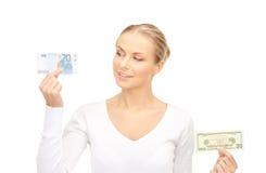 Mujer con las notas del dinero del euro y del dólar Fotografía de archivo