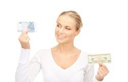 Mujer con las notas del dinero del euro y del dólar Imagen de archivo
