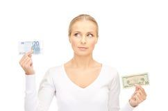 Mujer con las notas del dinero del euro y del dólar Imagenes de archivo