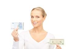 Mujer con las notas del dinero del euro y del dólar Fotos de archivo