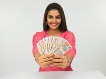 Mujer con las notas del dinero en circulación Fotografía de archivo libre de regalías