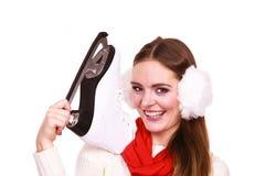 Mujer con las orejeras y los patines de hielo Fotografía de archivo