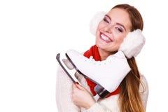 Mujer con las orejeras y los patines de hielo Imágenes de archivo libres de regalías