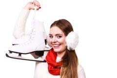 Mujer con las orejeras y los patines de hielo Fotos de archivo