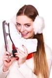 Mujer con las orejeras y los patines de hielo Foto de archivo libre de regalías