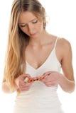 Mujer con las píldoras en una ampolla Imagen de archivo libre de regalías