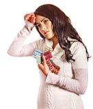 Mujer con las píldoras y las tabletas de la toma del dolor de cabeza. Foto de archivo libre de regalías
