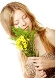Mujer con las pequeñas flores amarillas Fotografía de archivo