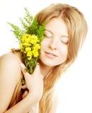 Mujer con las pequeñas flores amarillas Foto de archivo