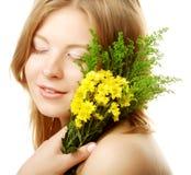 Mujer con las pequeñas flores amarillas Foto de archivo libre de regalías