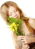 Mujer con las pequeñas flores amarillas Imagenes de archivo