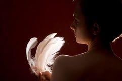 Mujer con las plumas Fotos de archivo libres de regalías