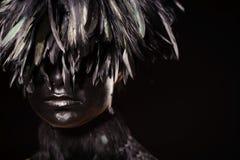 Mujer con las plumas Imagen de archivo libre de regalías