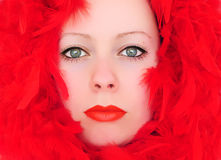 Mujer con las plumas rojas Fotos de archivo libres de regalías