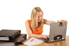 Mujer con las porciones de trabajo a hacer foto de archivo