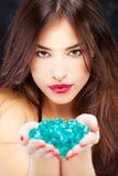 Mujer con las rocas azules Fotografía de archivo