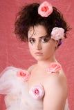 Mujer con las rosas. Fotos de archivo