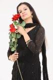 mujer con las rosas artificiales Imagen de archivo