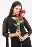 Mujer con las rosas artificiales Imagenes de archivo
