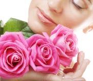 Mujer con las rosas rosadas Fotos de archivo libres de regalías