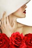 Mujer con las rosas y los labios rojos Fotos de archivo