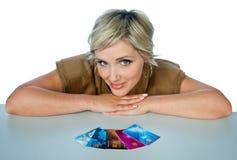 Mujer con las tarjetas de crédito Imágenes de archivo libres de regalías