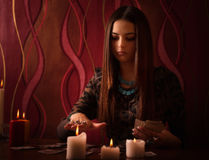 Mujer con las tarjetas de la adivinación en sitio Imagen de archivo