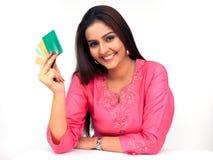 Mujer con las tarjetas de un crédito Imagen de archivo libre de regalías