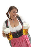 Mujer con las tazas de cerveza Fotos de archivo