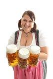 Mujer con las tazas de cerveza Imagen de archivo libre de regalías