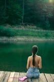 Mujer con las tetas al aire en el lago del bosque de la montaña Imagen de archivo libre de regalías