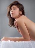 Mujer con las tetas al aire que se inclina en la tabla Fotos de archivo