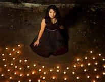 Mujer con las velas Foto de archivo libre de regalías
