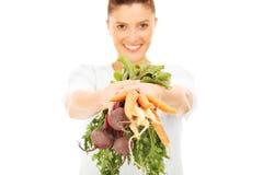 Mujer con las verduras crudas Fotografía de archivo libre de regalías