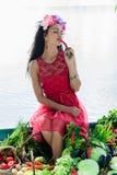Mujer con las verduras que gozan de la pimienta Imagen de archivo libre de regalías