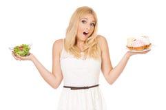 Mujer con las verduras y la torta Imagen de archivo libre de regalías