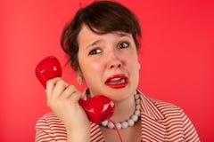 Mujer con llamada de teléfono triste imagen de archivo libre de regalías