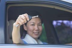 Mujer con llave del coche Foto de archivo libre de regalías