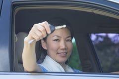 Mujer con llave del coche Imágenes de archivo libres de regalías