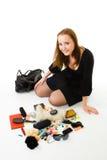 Mujer con los accesorios del bolso de la mujer Imagenes de archivo