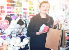 Mujer con los accesorios para la costura Fotos de archivo libres de regalías