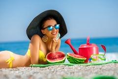 Mujer con los accesorios para las vacaciones de verano en Fotos de archivo libres de regalías