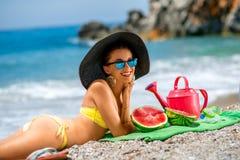 Mujer con los accesorios para las vacaciones de verano en Fotografía de archivo