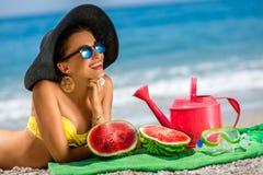 Mujer con los accesorios para las vacaciones de verano en Imagen de archivo libre de regalías
